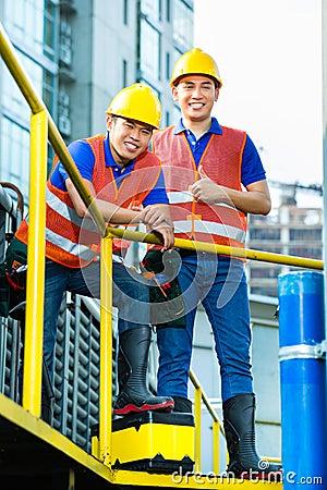 Trabajadores de construcción indonesios asiáticos