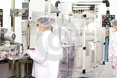 Trabajadores de sexo femenino en la fábrica farmacéutica