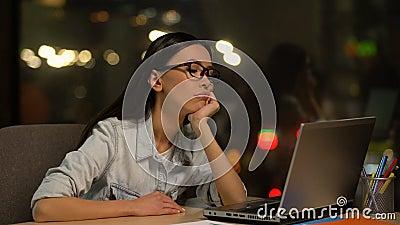 Trabajo agujereado de la mujer joven en el ordenador portátil en la oficina, careciendo la motivación, trabajo no querido metrajes