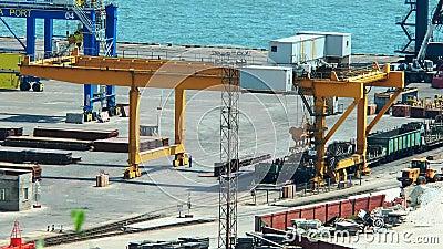 Trabajo de la gr a de p rtico en el puerto mar timo almacen de video v deo de p rtico gr a - Trabajo en el puerto ...