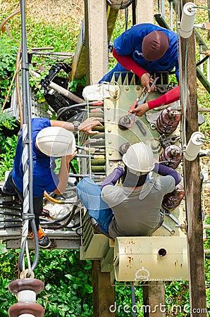 Trabajo de los electricistas foto editorial imagen 61032361 for Trabajo de electricista en malaga