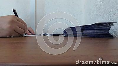 Trabajo de oficina, el hombre firma las formas de identidad metrajes