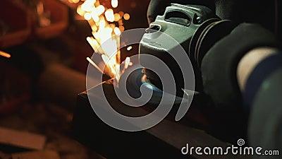 Trabajos del hombre con la pequeña amoladora eléctrica almacen de video