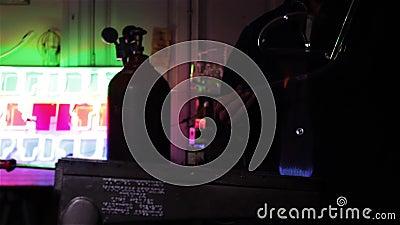 Trabalhador com bulbos de néon video estoque