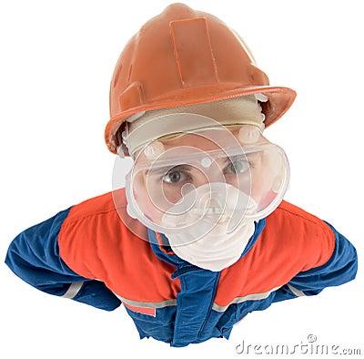 Trabalhador no capacete e no respirador