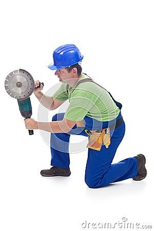 Trabalhador que usa a ferramenta eléctrica