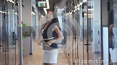 Trabalhadora jovem asiática empolgada começando a dançar vídeos de arquivo