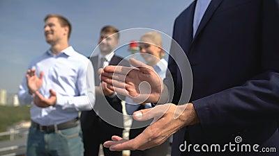 Trabalhadores corporativos aplaudiram ao ar livre, apresentação de projetos, evento comercial filme