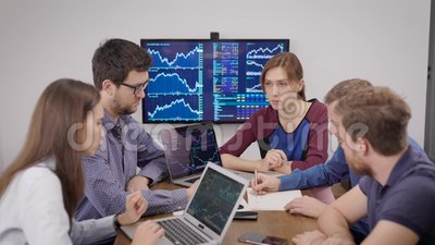 Trabalhadores do departamento financeiro da grande empresa estão sentados no escritório e na reunião, vendo diagramas filme