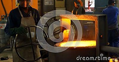 Trabalhadores que derretem o metal na oficina 4k da fundi??o vídeos de arquivo