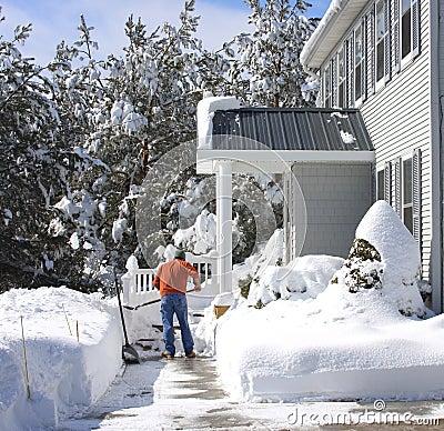 Trabalhando com pá a neve
