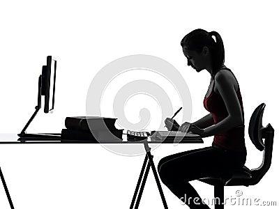 Trabalhos de casa da menina do adolescente que estudam a silhueta