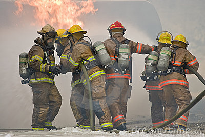Trabalhos de equipa do sapador-bombeiro