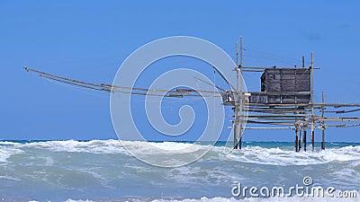 Trabocchi-Küste in den Abruzzen mit großen Wellen auf dem rauen Meer - Italien - Trabucchi sind alte Fischmaschinen berühmt im  stock footage