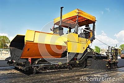 Tracked asphalt paver