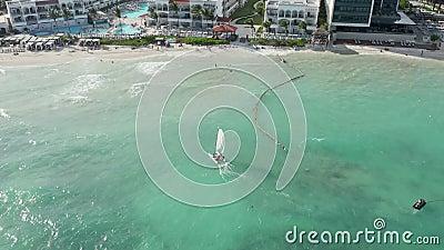 Tracking a Sailboat in the Aqua Blue Water of the Caribbean - tir de drone aérien banque de vidéos