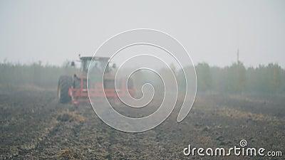Tractor arde un campo almacen de video