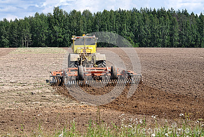 The tractor loosens ground
