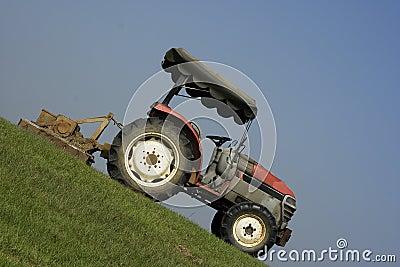 Tractor op een steile helling royalty vrije stock foto beeld 9319195 - Tuinmeubilair op een helling ...