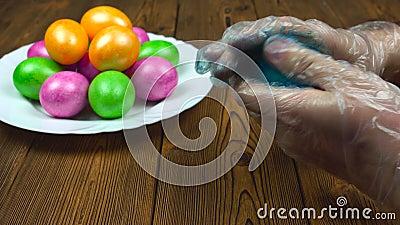 Tradition chrétienne des oeufs durs de coloration pendant une résurrection dimanche ou Pascha, préparation pour le religieux banque de vidéos