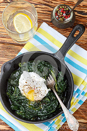 Free Traditional Gourmet Breakfast. Spinach, Kale And Poached Egg Wit Royalty Free Stock Images - 91635459