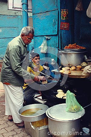 Free Traditional Snacks Makers Prepare Famous Street Food In Varanasi, India Stock Photography - 70096062