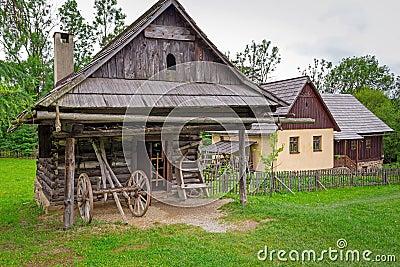 Traditioneel dorp met blokhuizen in Slowakije