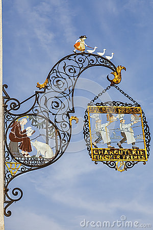 Traditioneel Slagerijteken in Colmar Redactionele Afbeelding