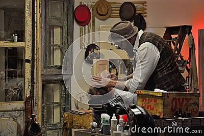 Traditionele kapper op het werk redactionele afbeelding afbeelding 63676605 - Decoreer zijn kantoor op het werk ...