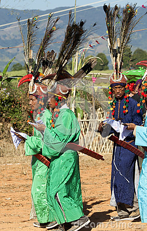 Traditionele Mensen Jingpo bij Dans Redactionele Stock Afbeelding