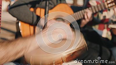 Traditionele muziekstraatartiesten, die wat instrumenten spelen op een Samba-festival, Braziliaans straatmuziekfestival in de zom stock video