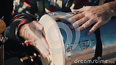 Traditionele muziekstraatartiesten, die wat instrumenten spelen op een Samba-festival, Braziliaans straatmuziekfestival in de zom stock videobeelden