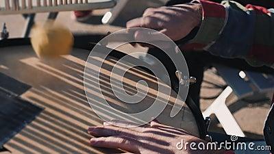 Traditionele muziekstraatartiesten, die wat instrumenten spelen op een Samba-festival, Braziliaans straatmuziekfestival in de zom stock footage