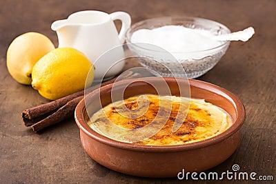 Traditionell kräm som är brulee på keramisk maträtt