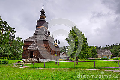 Traditionell by med trähus i Slovakien
