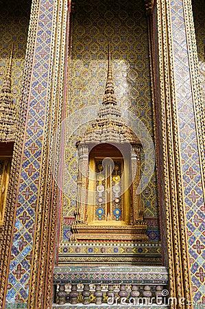 Traditionell thailändsk stilfönster och garnering på väggen