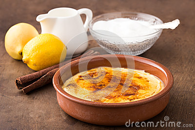 Traditionelle Creme brulee auf keramischem Teller
