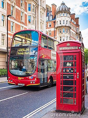 traditioneller bus und rote telefonzelle in london england redaktionelles bild bild 63394765. Black Bedroom Furniture Sets. Home Design Ideas