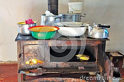Traditioneller hölzerner brennender Ofen