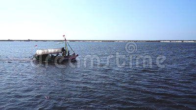 Traditionelles Passagier-Boot mit indonesischer dem Staatsflagge-Überfahrt oder Segeln des Strandes oder Ozean bei Taman Impian J stock video