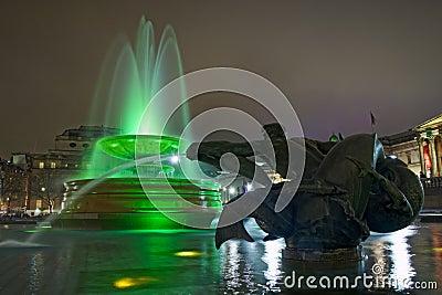 Trafalgar广场在伦敦,喷泉在晚上