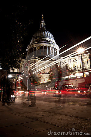 Traffic by St Paul s Cathedral at night