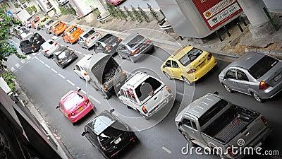 Traffichi su una strada di grande traffico a Bangkok Immagine Editoriale