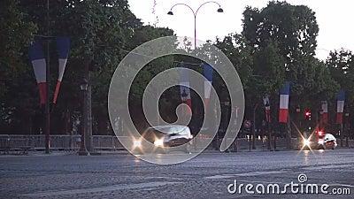 Traffico di automobile del centro di Parigi sul boulevard di Champs-Elysees alla luce di crepuscolo archivi video
