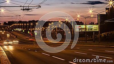 Traffico nella città Viale al rallentatore, notte Ingorgo stradale pesante che scorre con il moto vago dusk stock footage