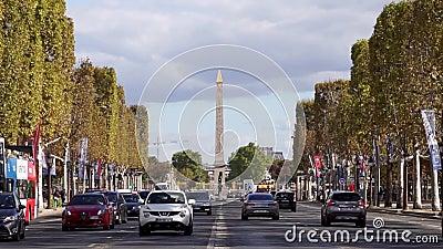 Trafique em Champs-Elysees com Lugar de la Concorde no fundo filme