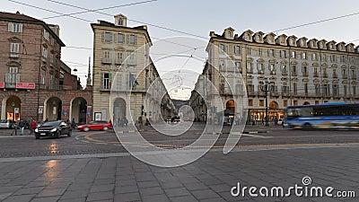 Trafique en el centro de Torino, Italia, el 16 de enero de 2016 - vídeo de Timelapse almacen de metraje de vídeo