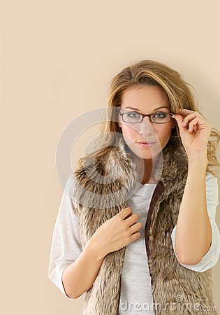 tragende brillen der modischen reifen frau stockfoto bild 59081172. Black Bedroom Furniture Sets. Home Design Ideas