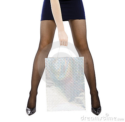 Tragende Einkaufstasche der Frau