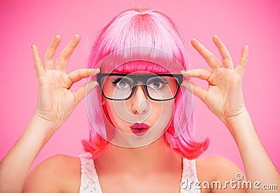 Tragende Gläser und Perücke der Frau